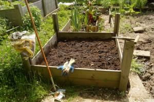 In diesem Hochbeet ziehen gleich Karotte, Lauch und Lauchzwiebeln ein