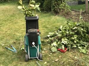 Häckseln im Garten